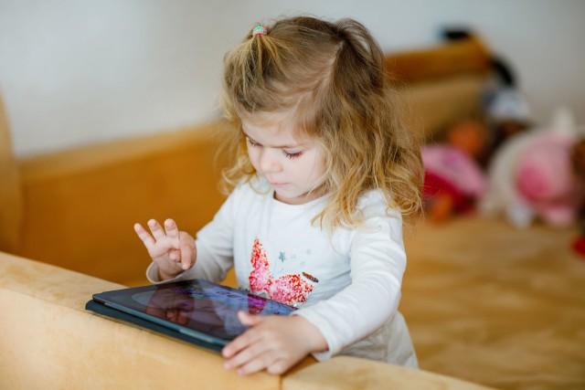 Coraz młodsze dzieci uzależniają się od korzystania z urządzeń mobilnych