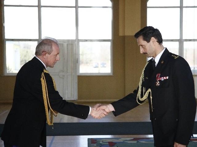 Obowiązki st. bryg. Antoniemu Ostrowskiemu (na zdjęciu z prawej) przekazał wczoraj komendant główny straży pożarnej gen. bryg. Wiesław Leśniakiewicz