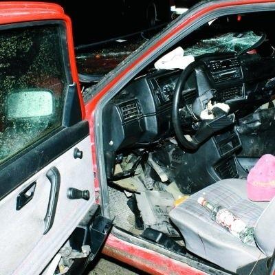 Samochód w wyniku zderzenia był kompletnie rozbity. Jednak na siedzeniu wciąż leżała nieuszkodzona butelka wódki...