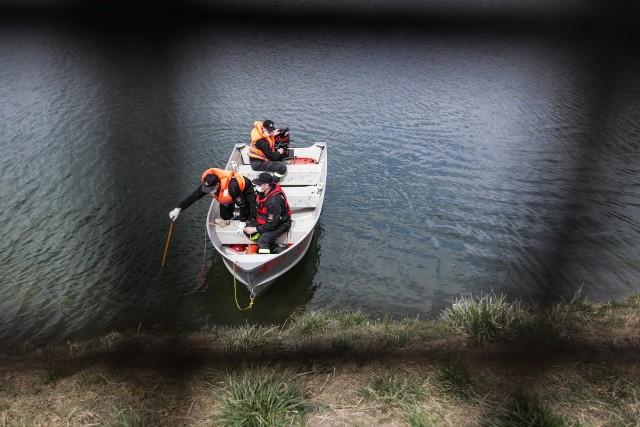 W poniedziałek strażacy badali jak głęboki jest staw, w którym znaleziono dziewczynę.