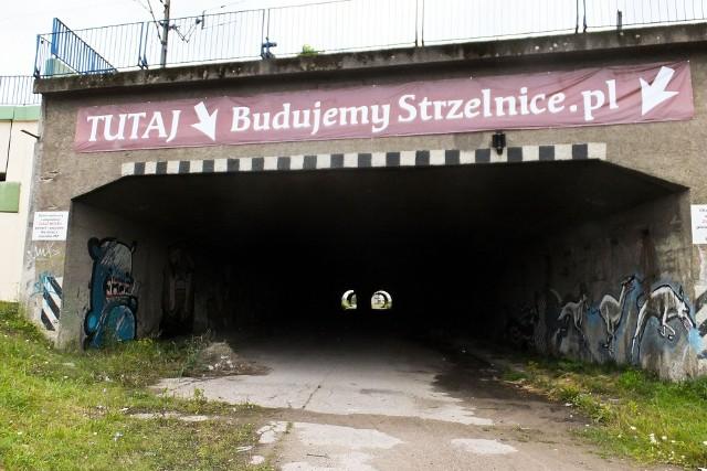 Zanim pomysłodawcy strzelnicy zgłosili projekt jej budowy w dawnych magazynach przy Węglowej, planowali ją zlokalizować w starym tunelu przy Hetmańskiej. Jednak okazało się, że w pobliżu jest rura z gazem Czytaj też:  Światełko w carskim tunelu