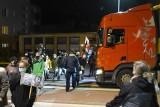 Strajk Kobiet w Strzelcach Opolskich. Kierowca ciężarówki ruszył na protestujących!