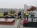 Spory ruch przy zielonogórskim cmentarzu. Liczne odwiedzanie grobów zmarłych trwa już od kilku dni