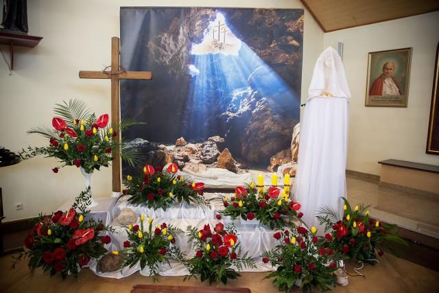 Wielka Sobota to czas ciszy i oczekiwania na zmartwychwstanie. Tego dnia nie odprawia się Mszy św. Wierni w ciszy adorują Chrystusa w Najświętszym Sakramencie wystawionego w tzw. Bożym grobie. Zobaczcie galerię Grobów Pańskich ze wszystkich słupskich parafii, które wystawiono.