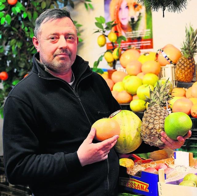 Jacek Miller, przedsiębiorca z Górniaka, potwierdza, że owoce egzotyczne cieszą się wśród klientów targowiska dużym powodzeniem.