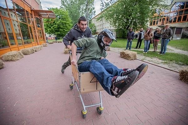 Pierwszy w Łodzi wyścig w sklepowych wózkach.