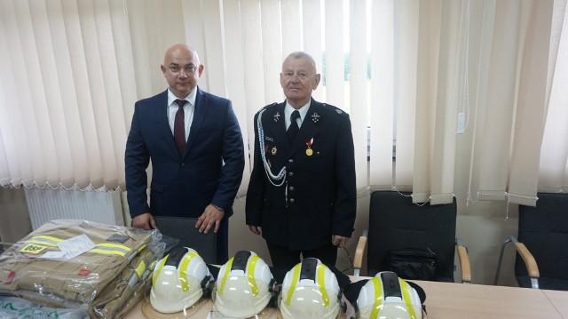 Podczas oficjalnego przekazania sprzętu obecni byli między innymi (od lewej): wójt Tomasz Adamiec i Tadeusz Głowacki, prezes OSP w Policznie.