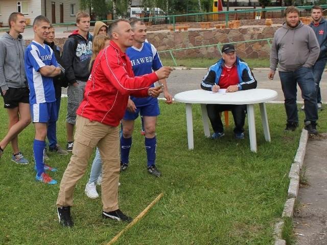 Podczas trójboju samorządowego zawodnicy musieli między innymi rzucać lotką.