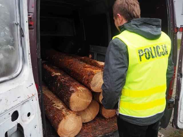 Mężczyzna wpadł w czasie kontroli drogowej. Skradzione drewno przewoził w przestrzeni ładunkowej busa.