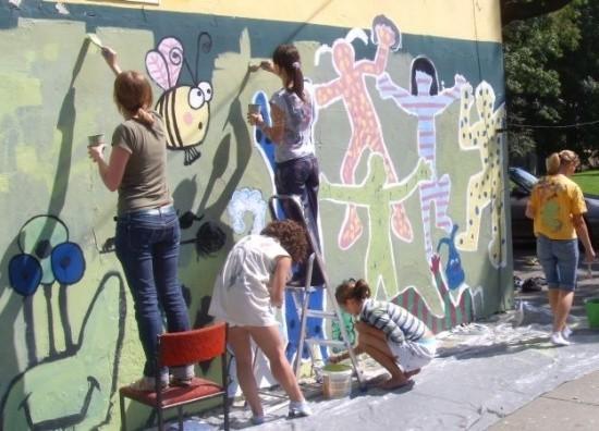 Już w ubiegłym roku podczas zajęć plastycznych młodzież z Grodkowa pomalowała ściany domu kultury. W tym roku kolej na grafficiarzy.