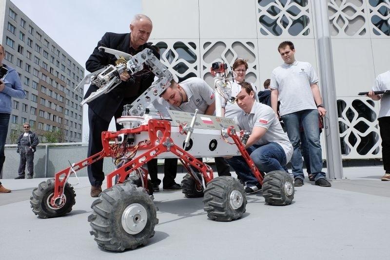 Robota skonstruowała sześcioosobowa drużyna studentów...