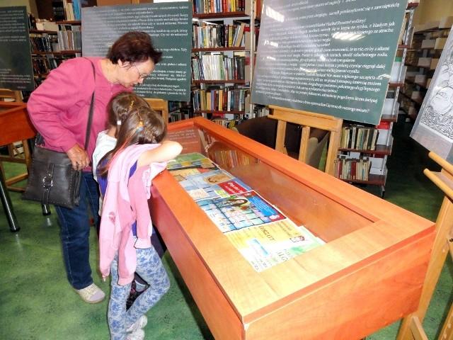 W bibliotece oglądano eksponaty o patronce.