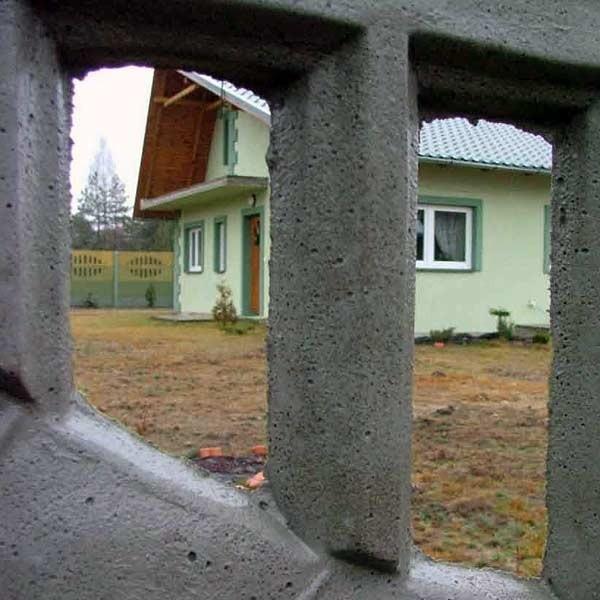 Za wysokim murem na zadbanej działce stoi ładny, zielony domek. To tu wydarzyła się tragedia