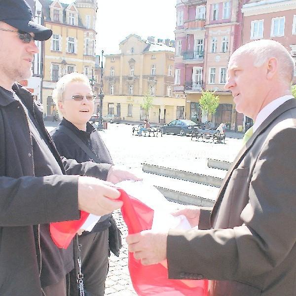 Wśród tysiąca osób, które otrzymały flagi z rąk prezydenta Roberta Malinowskiego i jego współpracowników byli także państwo Groszowie