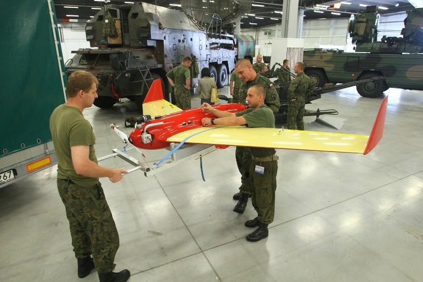 Na wystawie w Kielcach prezentowany będzie zestaw sterowanych celów powietrznych, składający się z bezzałogowych samolotów szerszeń i komar. Obydwa służą jako cel dla rakiet.