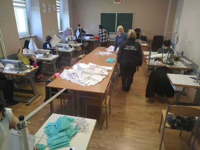 11 osadzonych z Zakładu Karnego nr 1 w Grudziądzu szyje maseczki dla medyków. Na zdjęciu [stoi przodem]: Halina Gałęska, dyrektor CKU w ZK 1, jedynej w kraju przywięziennej szkoły