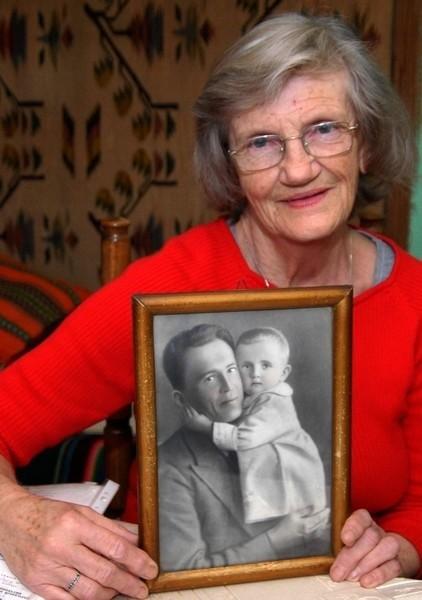 Zofia Rutkowska ze zdjęciem swojego ojca zamordowanego w Katyniu.