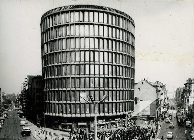 Okrąglak, to jeden z symboli Poznania, bez których trudno dziś wyobrazić sobie panoramę miasta. Budynek ten skończył już 65 lat. Z tej okazji mamy dla Was wyjątkową galerię. Zobaczycie w niej, m.in. jak powstawał Okrąglak, jak prezentował się w czasach PRL, a także, co można było w nim kupić. Na deser coś specjalnego - projekt budynku, który pierwotnie miał stanąć w tym miejscu oraz rzeźba mieszczącą się niegdyś w holu.Kolejne zdjęcie -->