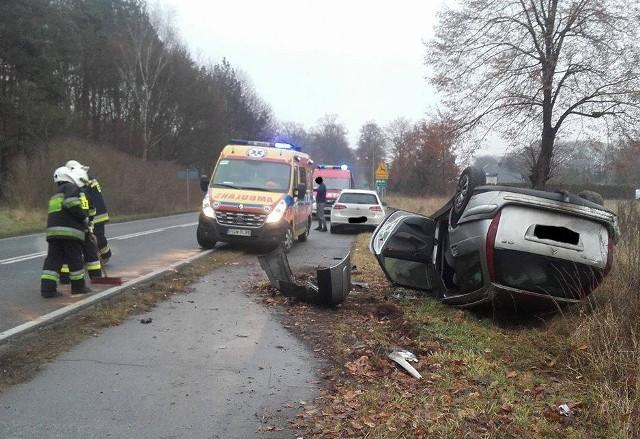 Do groźnego wypadku doszło w piątek, 23 grudnia, na zakręcie przed Witnicą. Citroen wpadł w poślizg i wypadł z drogi. Auto wywróciło się na dach.O tym zdarzeniu informują strażacy z OSP w Witnicy. Do kraksy doszło około południa. Citroen wpadł w poślizg na drodze wojewódzkiej nr 132, tuż za Witnicą. Osobowe auto wypadło na pobocze, gdzie przewróciło się na dach. Na miejsce przyjechały dwa zastępy strażaków ochotników z Witnicy, jeden zastęp strażaków z Kostrzyna oraz pogotowie i policja.Zobacz też:  Pod Witnicą radiowóz uderzył w drzewo i stanął w płomieniach [ZDJĘCIA]Citroen dachował w miejscu, w którym bardzo często dochodzi do kolizji i wypadków. W czasie, gdy asfalt jest mokry, jest tu bardzo ślisko. Mimo, że zakręt jest dobrze oznaczony, wielu kierowców nie dostosowuje prędkości do warunków panujących na drodze i kończą swoją podróż na poboczu.Zdjęcia z wypadku publikujemy dzięki uprzejmości strażaków z OSP w Witnicy.Zobacz też:  Kolejny wypadek na niebezpiecznym zakręcie przed Witnicą [ZDJĘCIA]