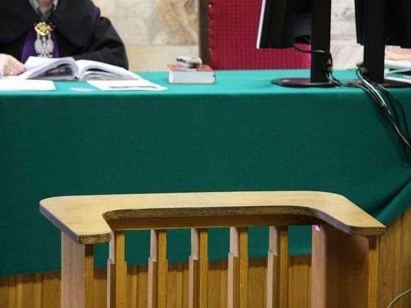 40-latek stawił się w prudnickim sądzie, aby odpowiedzieć za... napaść na funkcjonariusza.