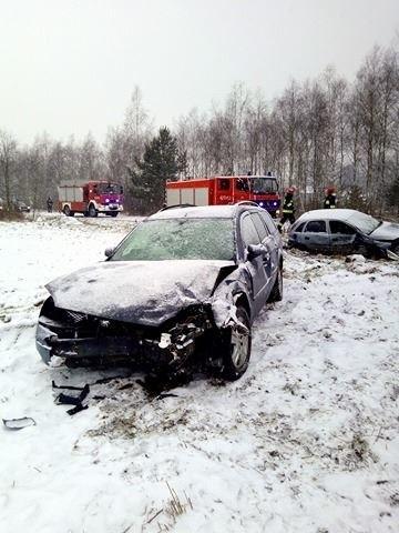 W Korzeniowie w pow. dębickim przed godz. 15.00 doszło do zderzenia dwóch samochodów.- Kierująca oplem zahaczyła o pobocze, straciła panowanie nad kierownicą i zderzyła się z fordem. – informuje Anna Klee z Zespołu Prasowego KWP w Rzeszowie.Kierowca forda nie odniósł obrażeń. Podróżowało z nim 2-letnie dziecko, ale również nic mu się nie stało. Kierująca oplem jest w ciąży, dlatego została przewieziona na badania. Za zdjęcia dziękujemy internaucie Dominikowi!