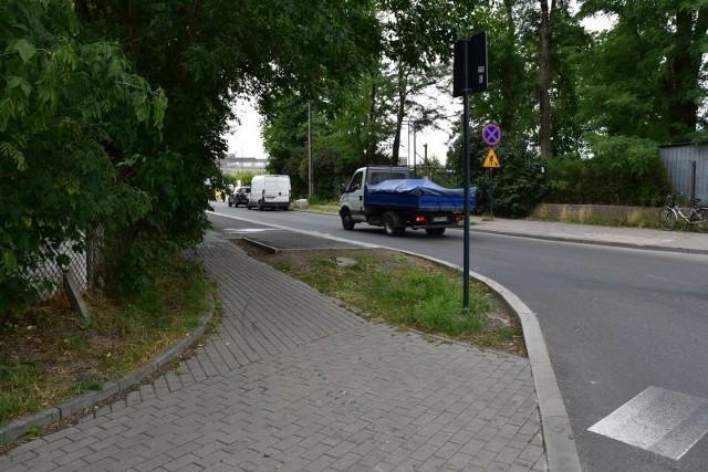 Droga dla rowerów na ul. Siewnej zaczyna się tuż za skrzyżowaniem z ul. Borową. Ale wjechać na nią nie ma jak.