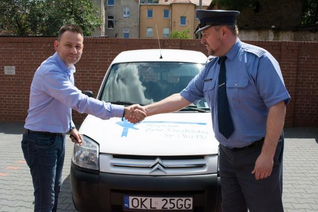 Kluczyki do auta przekazał Sławomirowi Kołeckiemu dyrektor ZK, ppłk Grzegorz Zakowicz.
