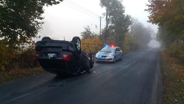 Do niebezpiecznego zdarzenia doszło wczoraj w miejscowości Żabieniec w powiecie aleksandrowskim. Kierujący samochodem marki Dodge, aby uniknąć zderzenia z bażantem, zjechał na pobocze, a następnie dachował. Na szczęście ani kierowca, ani jego pasażer nie odnieśli obrażeń.Więcej informacji i zdjęć >>>Piraci drogowi w regionie. Niemal doprowadzili do tragedii!  [wideo - program Stop Agresji Drogowej 4]