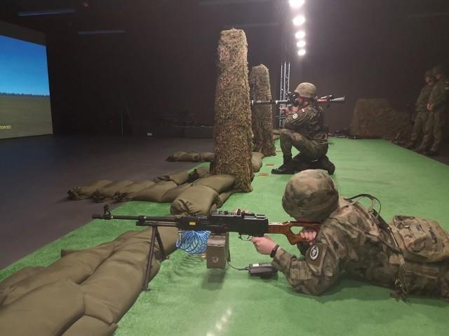 """Żołnierze z 1 batalionu czołgów z Żurawicy doskonalili swoje umiejętności strzeleckie z użyciem systemu szkolno-treningowego """"Śnieżnik""""."""