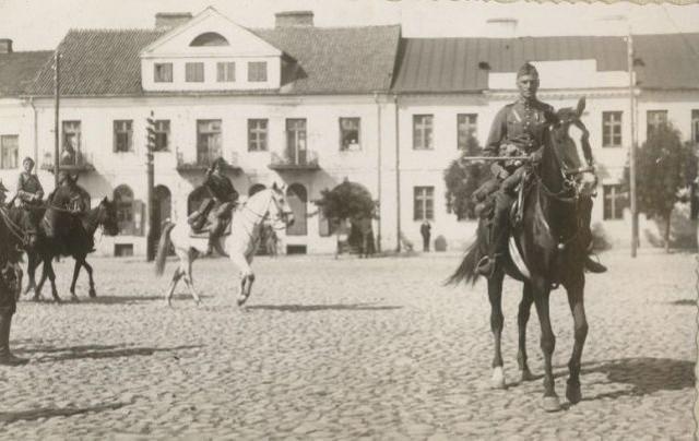 Pułkownik Anatol Jezierski, dowódca 5. Pułku w latach 1925-1935, na rynku w Ostrołęce
