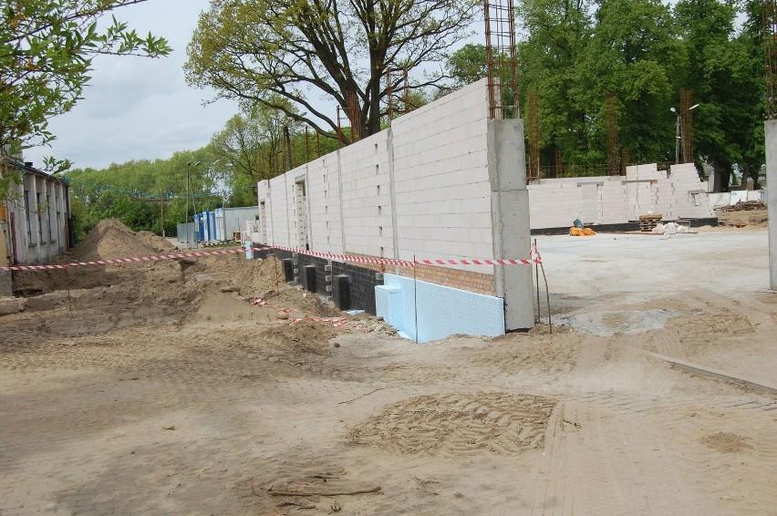 Gdy zajrzeliśmy na plac budowy robotników nie było. Widać jednak postęp prac.  Fundamenty wykonane są w 90 procentach. Trwa wznoszenie murów przyszłej hali