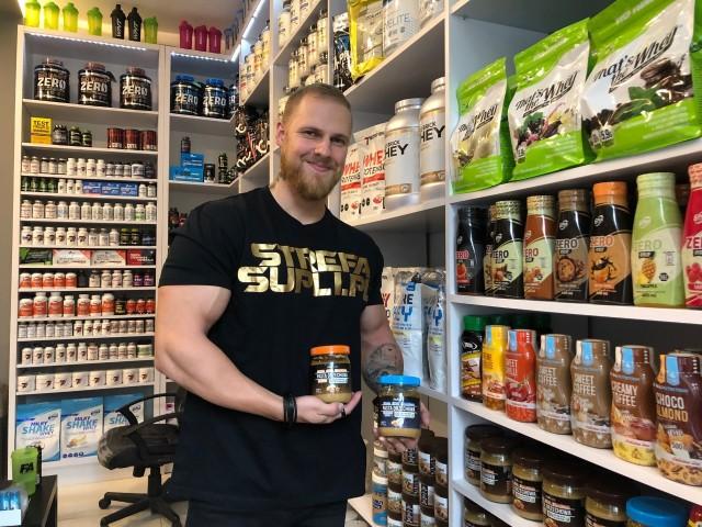 Odżywka białka serwatkowego, masło orzechowe bez oleju palmowego, a może batony proteinowe? Sprawdziliśmy, kto odwiedza sklepy z suplementami diety i co tam kupuje.Czytaj więcej na następnej karcieWojciech Kobza jako zawodnik sportów sylwetkowych wie, co doradzić swoim klientom