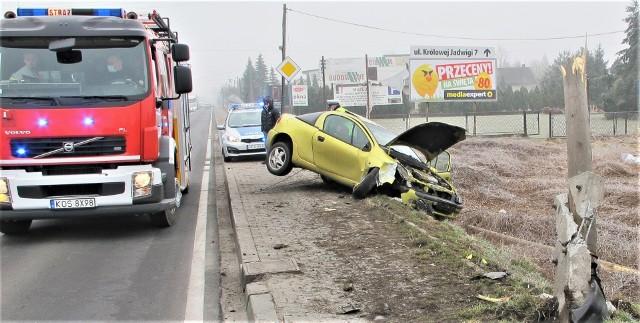 Opel tigra po zderzeniu z przydrożnym słupem w Babicach koło Oświęcimia, na ulicy Śląskiej, w ciągu drogi krajowej 44