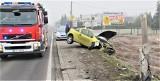 Opel ściął przydrożny słup w Babicach koło Oświęcimia, na ulicy Śląskiej, w ciągu drogi krajowej 44. Zobaczcie film