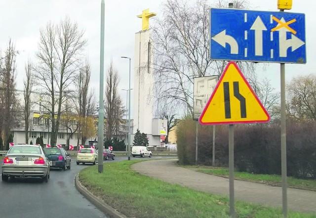 Oznakowanie w rejonie skrzyżowania ma być uporządkowane. Do tego policja zaleca tu jazdę na tzw. suwak