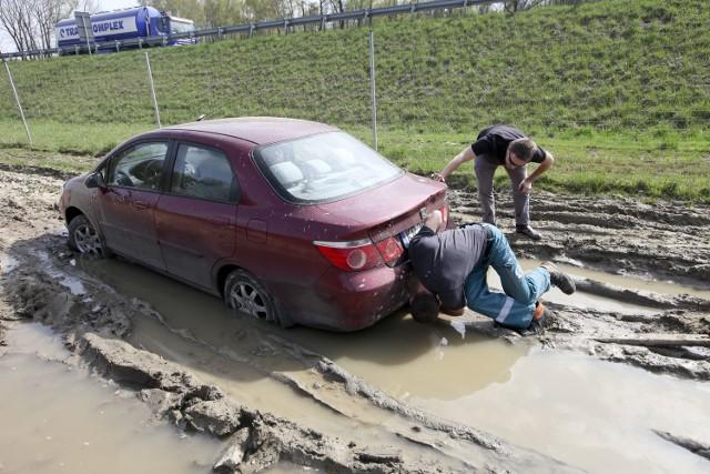 Nasze auto zakopało się w błocie, pomimo że w ostatnich dniach nie padało.