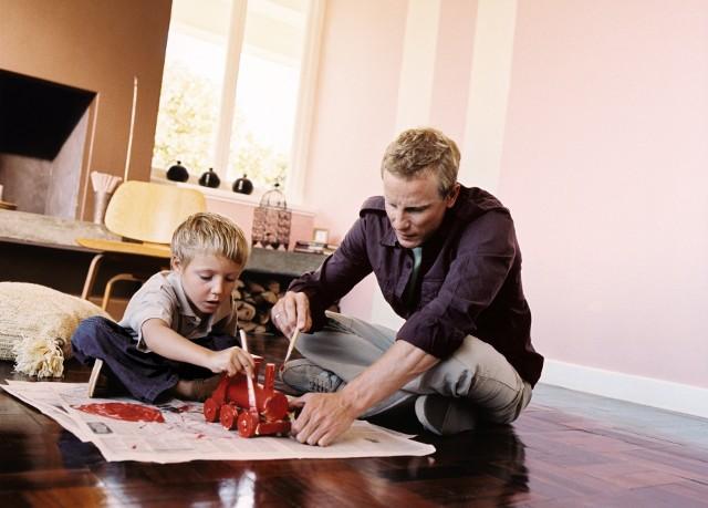 Odnawianie zabawekZabawki drewniane w przeciwieństwie do plastikowych są bardziej odporne na mechaniczne uszkodzenia i zarysowania. Mają też ten plus, że można je odnowić.