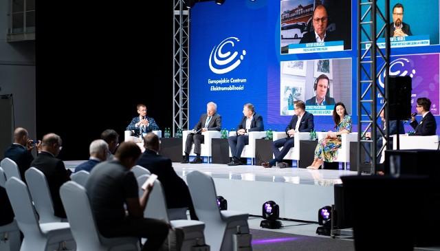 I Europejski Kongres Elektromobilności w Zielonej Górze. Podczas niego odbyły się dwie debaty oraz podpisanie listu intencyjnego w sprawie powstanie Europejskiego Centrum Elektromobilności w Zielonej Górze.