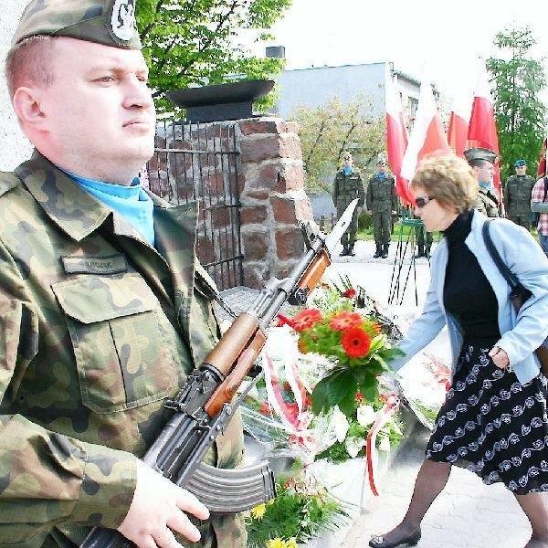 Huknęły trzy salwy honorowe, po których  delegacje złożyły pod obeliskiem kwiaty (na  zdjęciu).