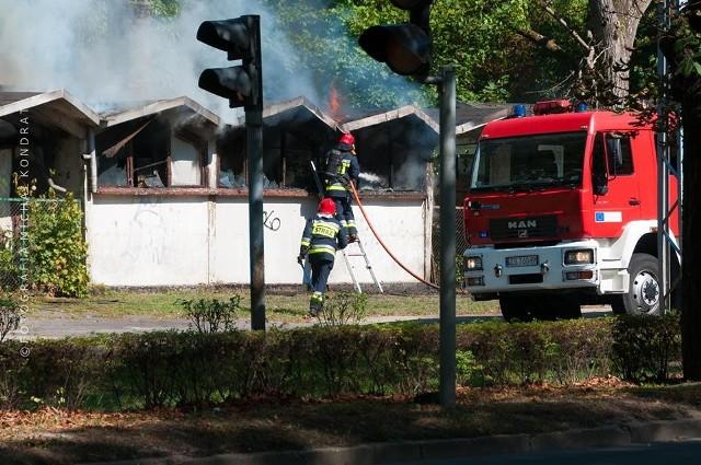 We wtorek ok. 15:00 wybuchł pożar zabudowań przy Wojska Polskiego. Nikomu nic się nie stało, pożar gasiły dwie jednostki straży. [sc]Byłeś świadkiem wypadku? Stoisz w korku? Poinformuj o tym innych! Prześlij nam zdjęcia i wideo na alarm@gs24.pl![/sc][reklama][sc]Zobacz również:  Pożar w bazie PKS w Szczecinie. Trzy autobusy spłonęły doszczętnie [ZDJĘCIA, WIDEO][g]13206740[/g][/sc][wideo_iframe]//get.x-link.pl/8da4571a-a81d-d007-7311-25bbae02b474,8e445275-5b12-8e5b-25fb-0097fe162e22,embed.html[/wideo_iframe]