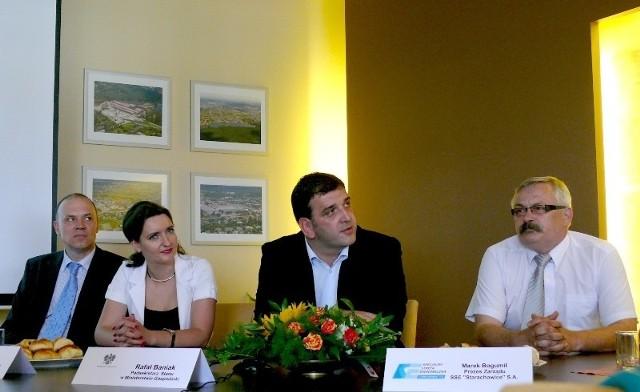O wynikach rozmów w spółce MAN informowali podczas konferencji prasowej od lewej wiceprezes Specjalnej Strefy Ekonomicznej Cezary Tkaczyk, poseł Marzena Okła – Drewnowicz, wiceminister Rafał Baniak oraz prezes strefy Marek Bogumił.