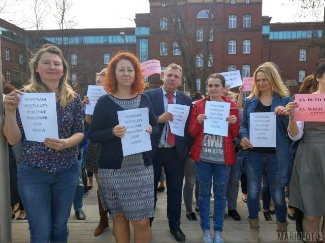 Protestujący mają jasne żądania, chcą podwyżki głodowych płac.