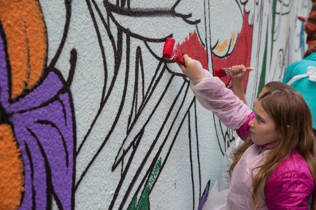 Wspólne malowanie muralu to jeden z punktów programu Festiwalu Młodych Twórców,