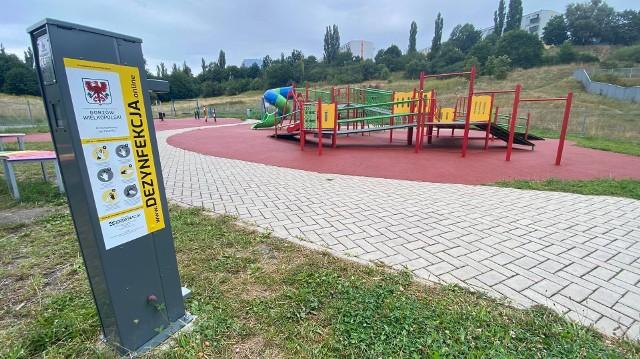 Na gorzowskich placach zabaw i plenerowych siłowniach stanęły stacje  do dezynfekcji rąk.