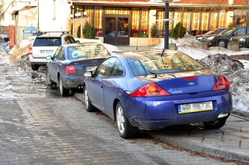 Tak zaparkowane samochody to codzienność na parkingu na przedłużeniu ulicy Kilińskiego.