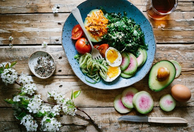 Sałatki to świetny pomysł na danie na świąteczny stół na Wielkanoc 2020