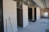 Rewitalizacja pawilonu przy ulicy Pocztowej we Włoszczowie. Na piętrze powstają pomieszczenia (ZDJĘCIA)