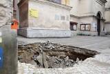 Na Starym Mieście zapadła się jezdnia. W dziurę w ziemi wpadła śmieciarka [ZDJĘCIA]