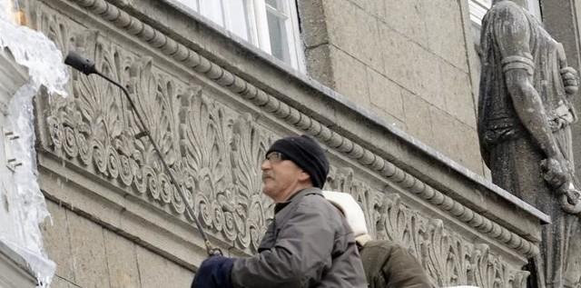 Zima opanowała Toruń. Brygada antyterrorystyczna pilnie zaczęła się rozprawiać z soplami lodu