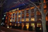 Dwa gmachy przy ul. Kopcińskiego rozbłysły na święta: zrewitalizowana fabryka i sąsiedni biurowiec